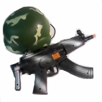 Военный набор с черным автоматом-трещоткой и каской